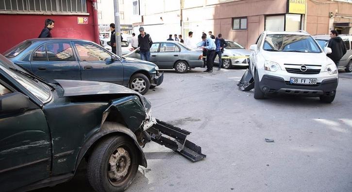 Kaza yapt��� otomobille ka�arken 14 araca �arpt�