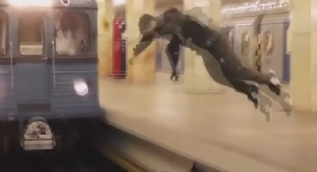 Trenin önünden takla attı